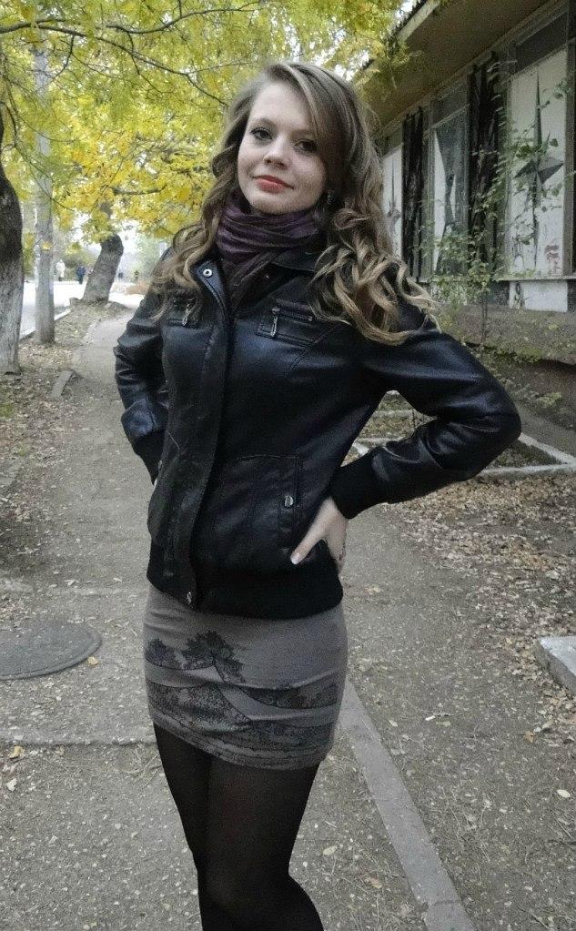 Девушка с букетом цветов в  кожаной куртке