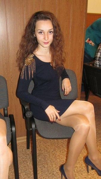 Девчонка с кучерявыми волосами в темно-синем платье