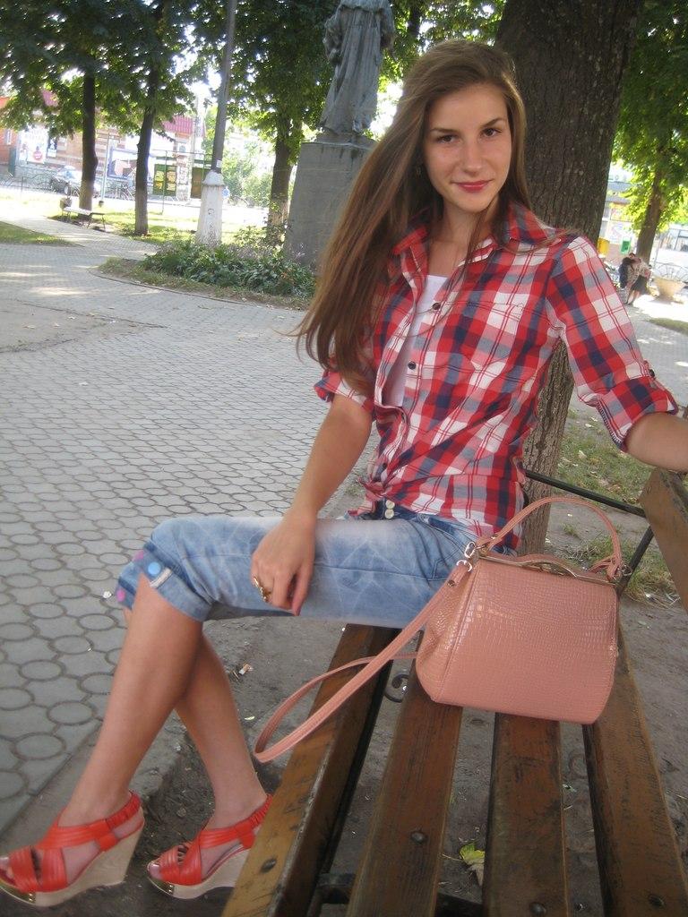 Длинноволосая девчонка в красной клетчатой рубашке