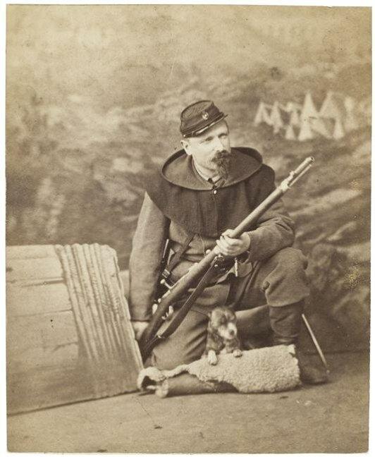 Солдат вооруженный винтовкой Шасспо