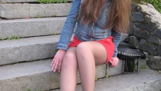 Длинноволосая девчонка в  летнем платье