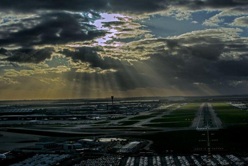 При заходе на посадку, аэропорт Хитроу, Лондон. Фото: Януш Татарчук, капитан Boeing 737, LOT Polish Airlines