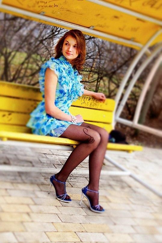 Рыжая красавица в голубом  платье