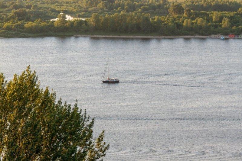 Яхта идет по Волге