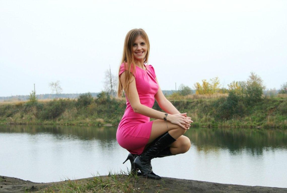 Милая девчонка в стильном розовом платье