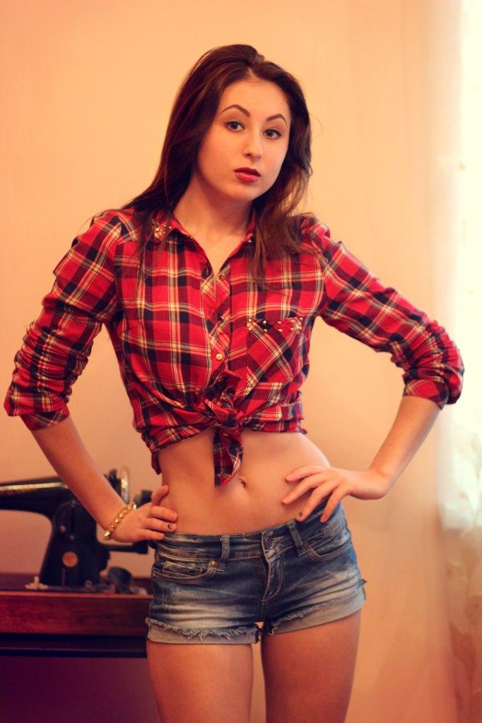 Девчонка в красной клетчатой рубашке