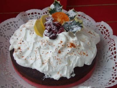 pastel festivo con frutas secas y chocolate