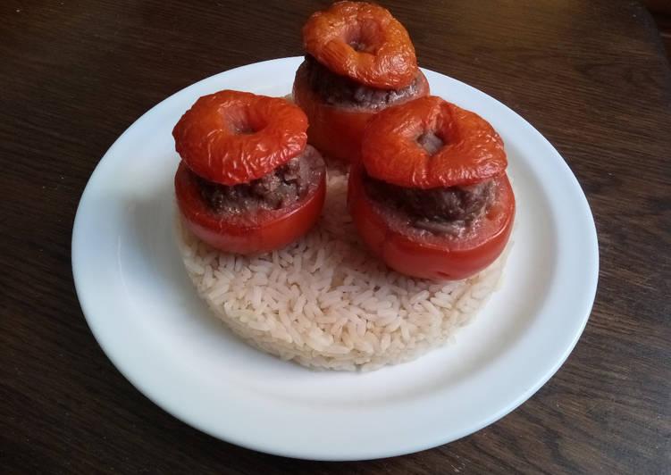 Tomates farcies sur leur lit de riz créole