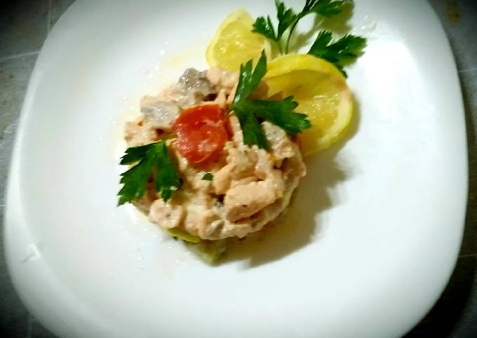 Salmon tartare with diet cheeses, lemon, olive oil