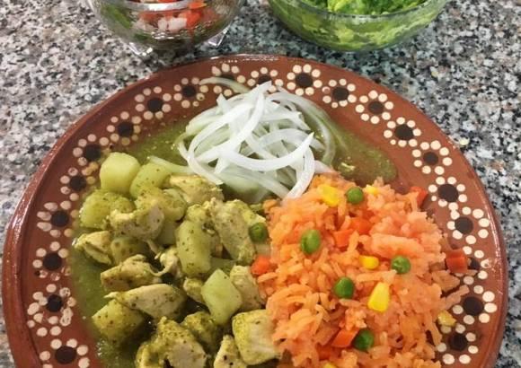 Pollo en salsa verde, arroz rojo, cebolla curtida, pico de gallo y guacamole 🥑 (a mi manera)