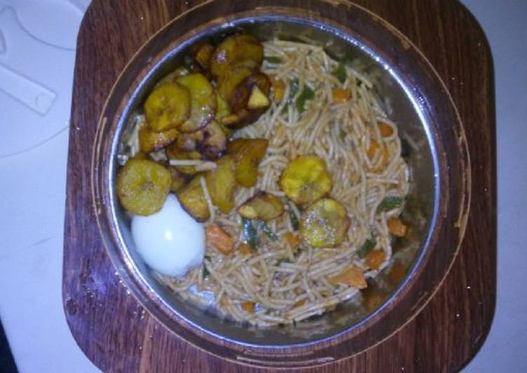 Spagetti with fried plantain,egg and vegetable