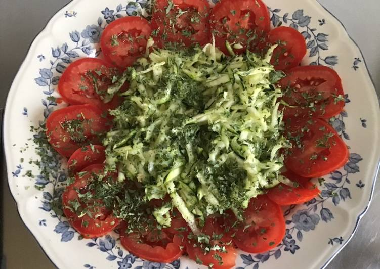 Salade de tomates et courgettes râpées au persil et citron