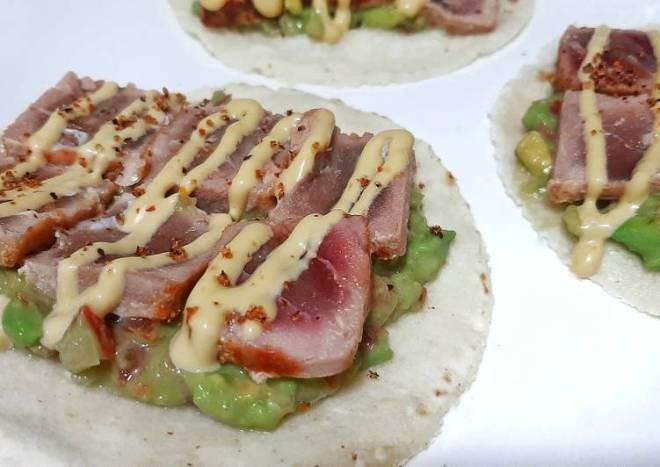 Tacos de tataki de atún, pico de gallo y mayonesa de ají amarillo