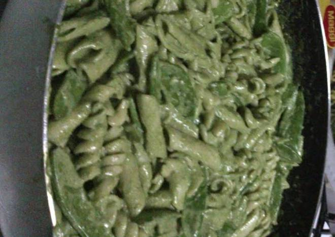 fusilli with spinach and basil pesto and snow peas pasta