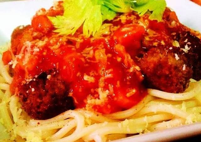 Spaghetti with Spicy Meatballs And Tomato And Bacon Sauce