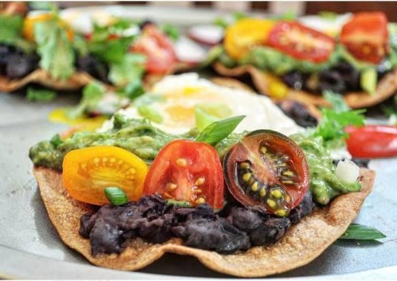 Huevos rancheros tostadas de desayuno con aguacate salsa verde