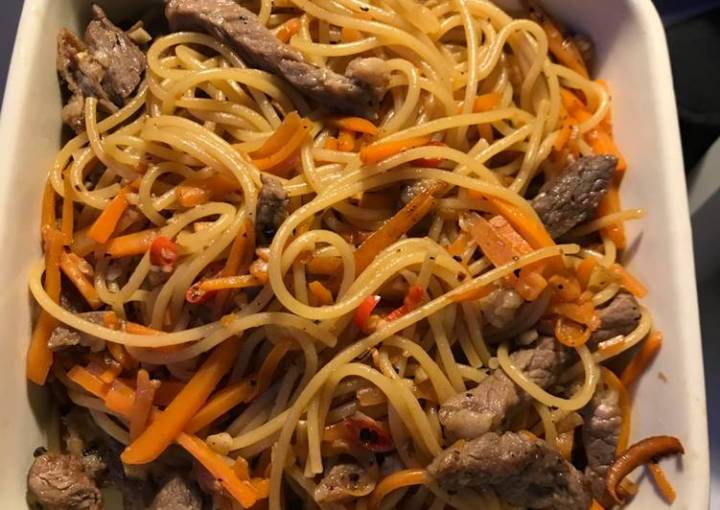 Fried spaghetti with carrots and beef