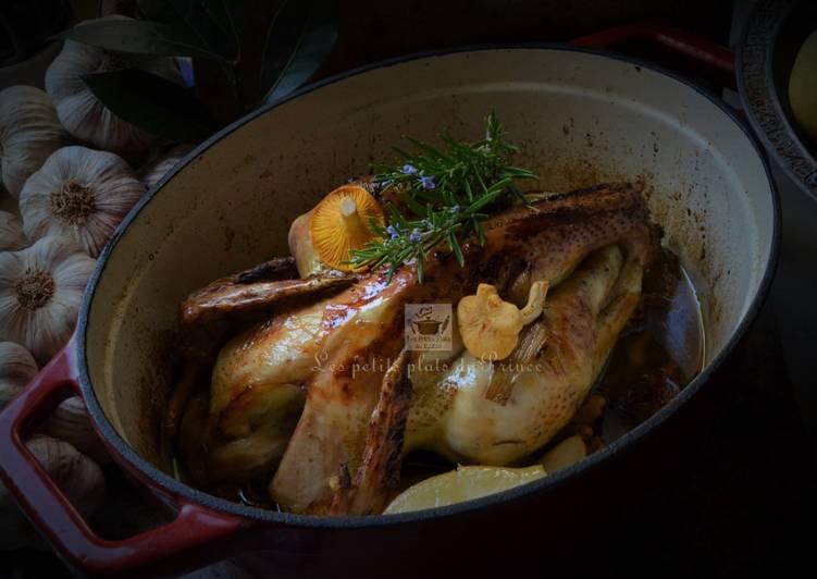 Poulet fermier du Gers rôti en cocotte avec poire et chanterelles