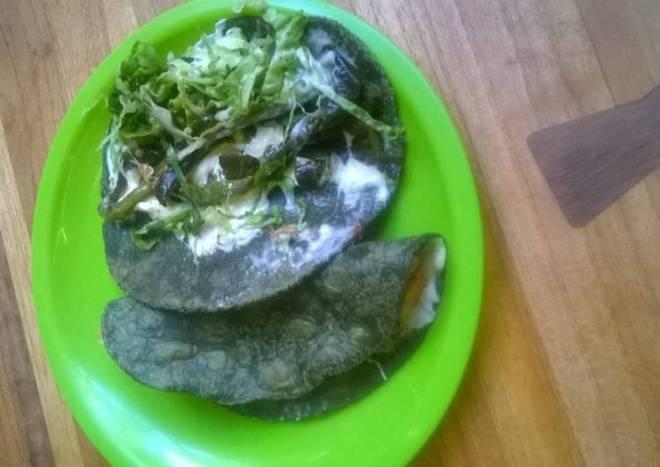 Quesadillas Mexicanas de tortilla azul con rajas, lechuga y salsa verde pobre ranchera