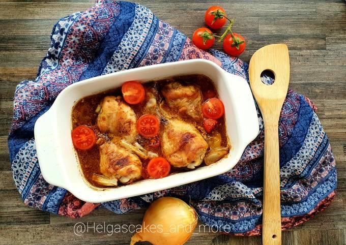 Hähnchenschenkel mit Tomate und Zwiebel