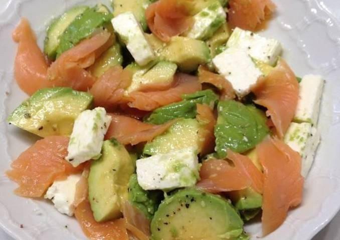 Ensalada fácil de salmón, aguacate y queso feta