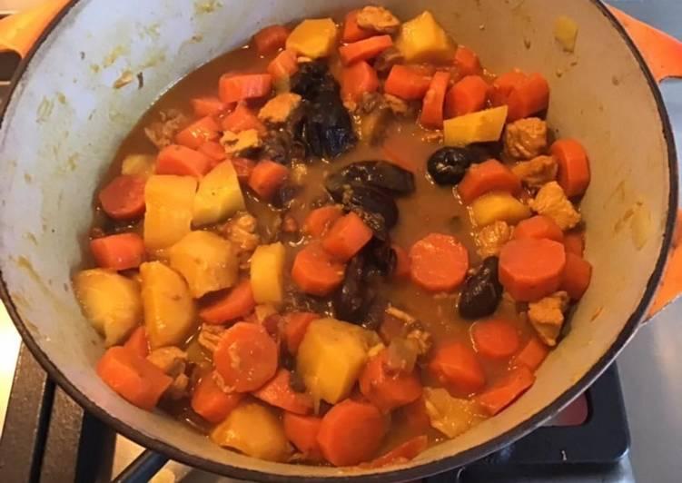 Tajine de poulet aux panais tomates pruneaux carottes miel et curry