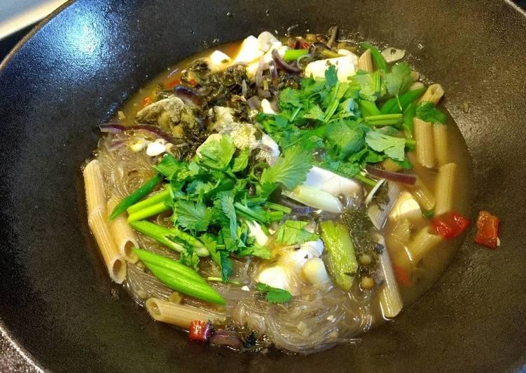 Pickled green and tofu bass soup雪菜豆腐鲈鱼汤