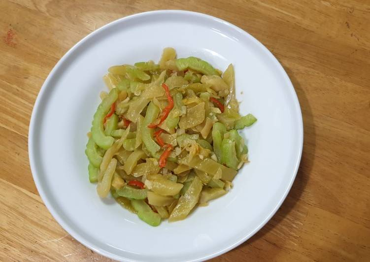 Bitter Gourd with Pickles 咸菜苦瓜