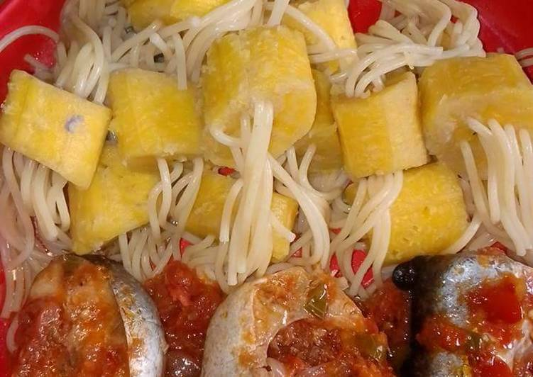 Spagetti with boiled plantain and fish