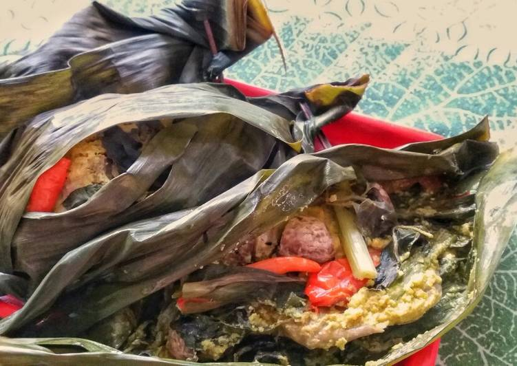 Pepes Ayam / Indonesian Steamed Chicken in Banana Leaf
