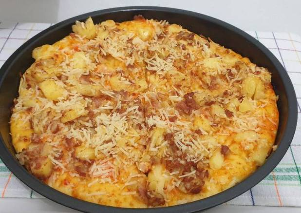 Spicy pineaple-beef-cheese- pizza