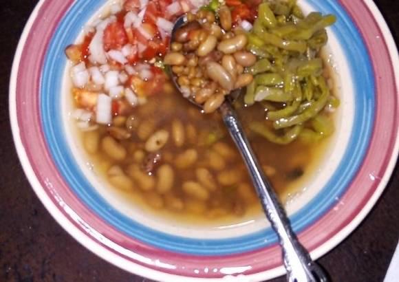 Frijoles de la olla y trigo con nopales cocidos en pulque, epazote y xoconostle con pico de gallo