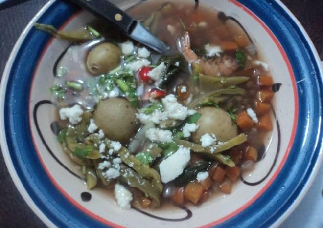 Lentejas con polvo de camarones secos y Camarón, verduras, nopales y queso fresco mamá Chole