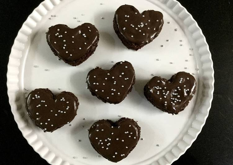 MINI HEART-SHAPED CHOCOLATE CAKE BITES