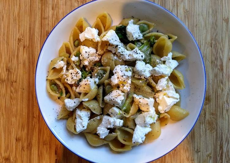 Pasta with broad beans and ricotta