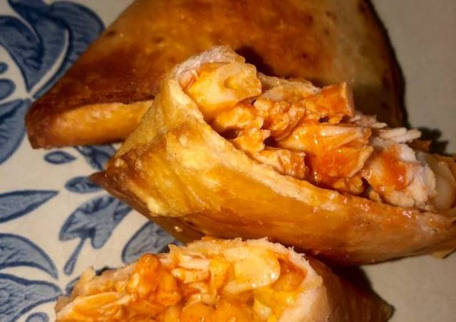 Buffalo chicken Mac'n cheese samosas
