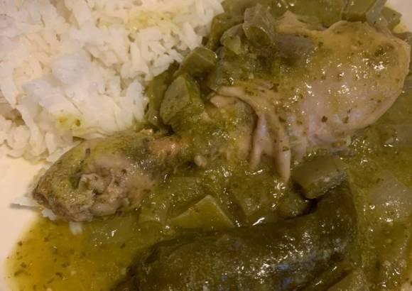 Pollo con nopales y salsa verde