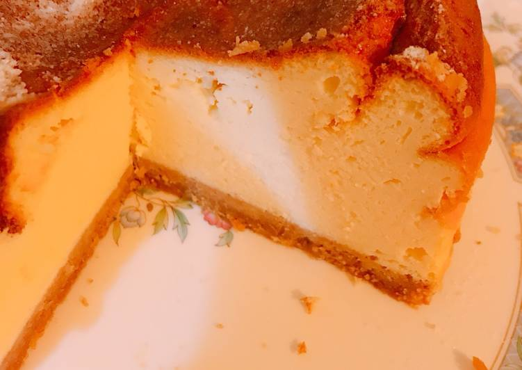 Healthy Yoghurt Baked Cheesecake (low calories & low carb) without cream cheese nor flour. Delicious
