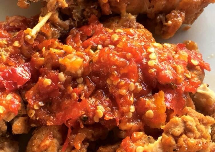 Sementara ayam dimarinasi, kamu siapkan mangkuk. Cara Mudah Untuk Memasak Lezat Ayam Geprek Sambel Bawang