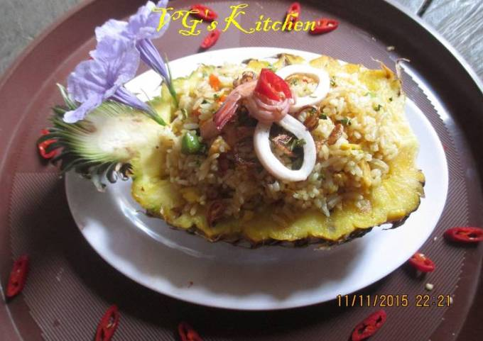 Thai Pineapple Fried Rice (KHAO PHAD SAPPAROT)