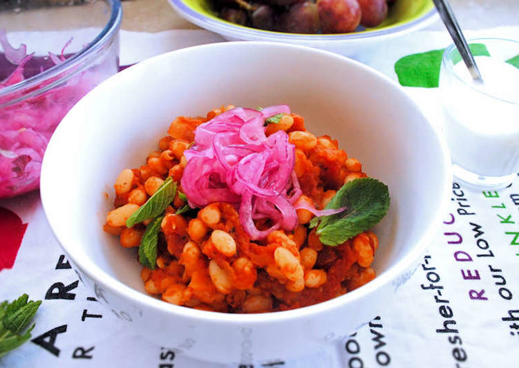 Vegetarian chili with pickled red onions