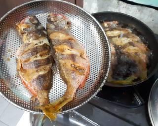Goreng ikan setengah matang