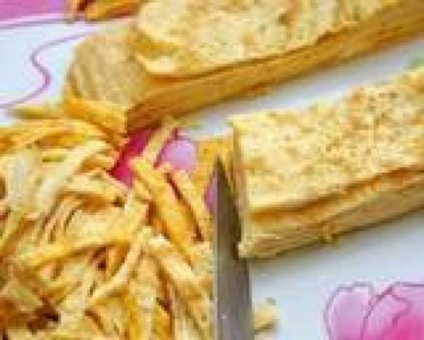 Салат с яичными блинчиками и колбасой - 5 фото
