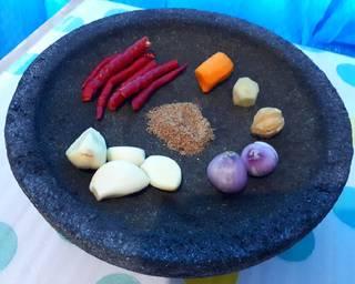 Uleg bumbu halus (ketumbar, kemiri, kunyit, jahe, bawang putih, bawang merah, dan cabai)