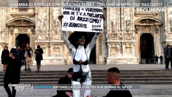 """Milano, Sylvie Lubamba nuda davanti al Duomo protesta contro il razzismo: """"In tv non chiamano donne di colore"""" - Tgcom24"""
