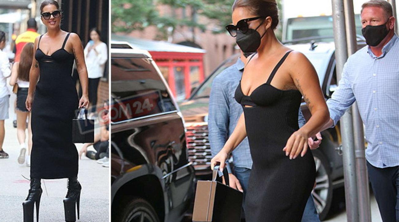 """Lady Gaga guarda tutti dall'alto in basso: a spasso sui """"trampoli"""" per le vie di New York"""