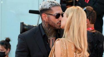 Francesco Chiofalo e Drusilla Gucci tra baci e abbracci sul red carpet di Venezia