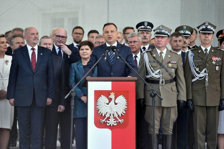 Prezydent Andrzej Duda w trakcie Święta Wojska Polskiego, z tyłu Marek Jakubiak i Piotr Zgorzelski