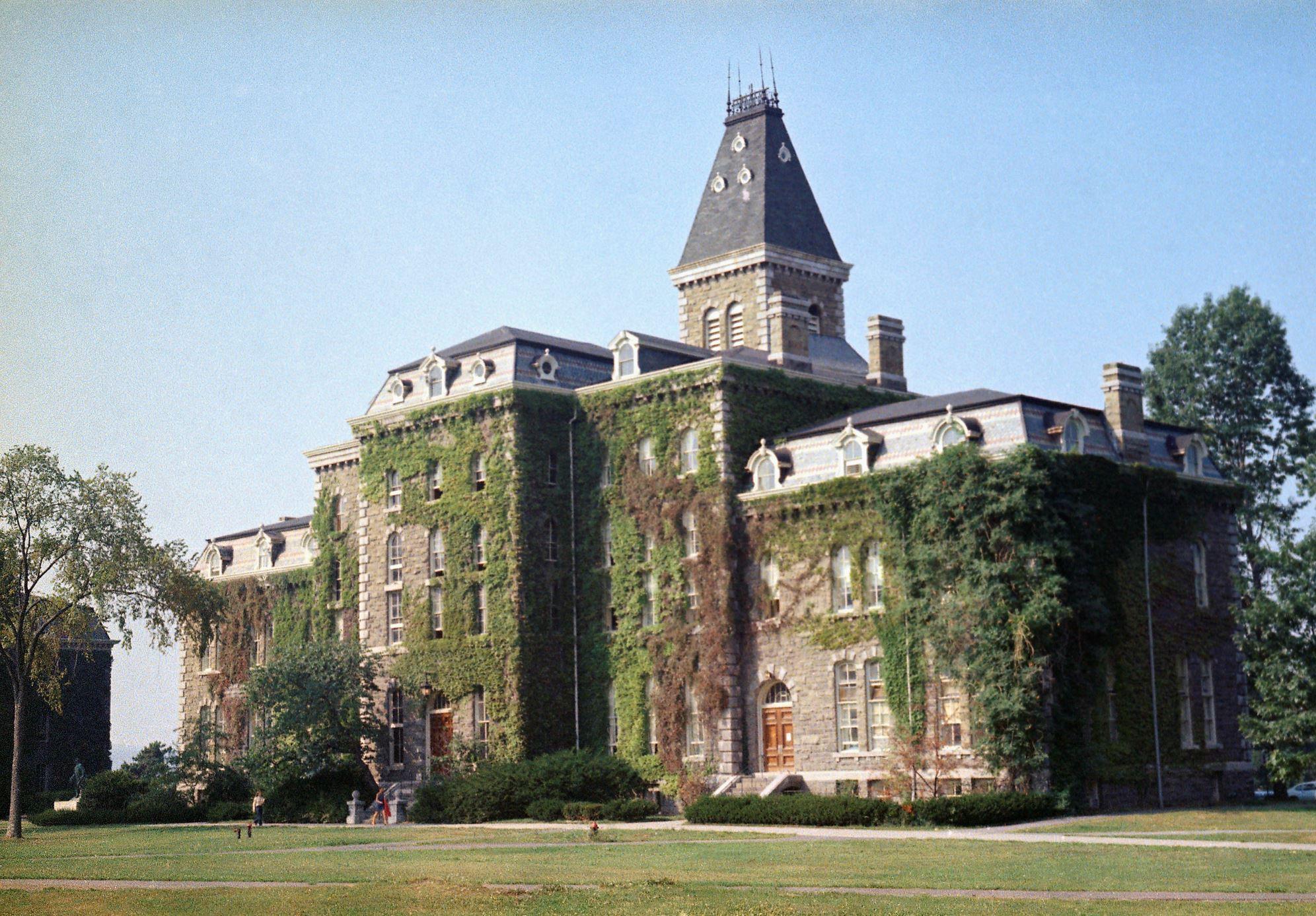 Διαφάνεια 30 από 41: Founded in 1865, Cornell University is located in Ithaca, New York. In the World University Rankings by Times, Cornell was ranked at 19th place.