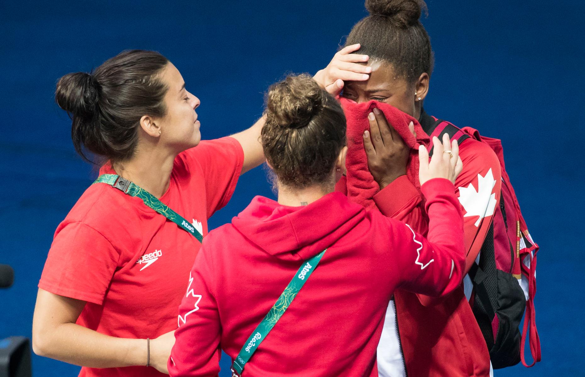La plongeuse Meaghan Benfeito console Jennifer Abel après que cette dernière et sa coéquipière Pamela Ware eurent raté le podium en plongeon synchronisé à la tour de 3 mètres, le 7 août à Rio de Janeiro.